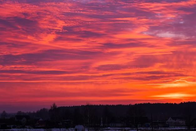 Beau ciel orange ardent pendant le coucher ou le lever du soleil.