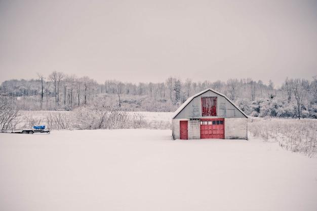 Beau cliché du paysage étonnant de la campagne enneigée de pennsylvanie