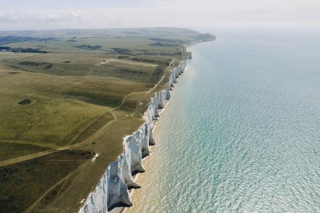 Beau cliché des falaises blanches de douvres au bord de la mer