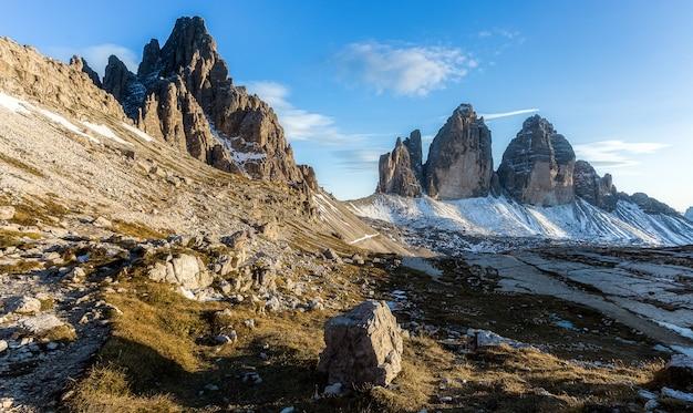 Beau cliché de la montagne tre cime di lavaredo en alp italienne à l'ombre des nuages