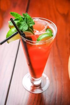 Beau cocktail alcoolisé sur la table