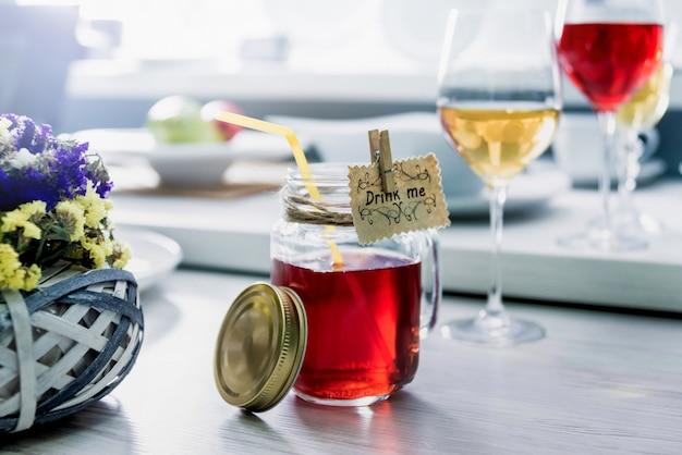Beau cocktail dans un verre. fond clair.