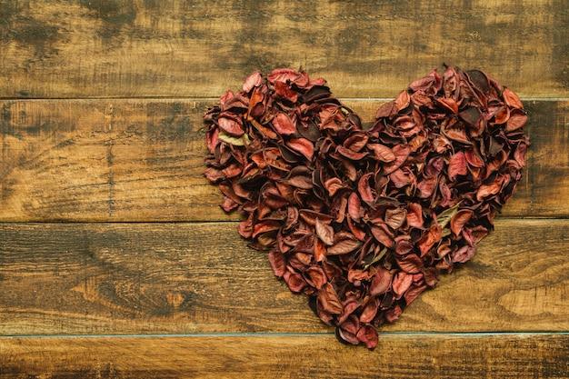 Beau coeur fait de pétales secs