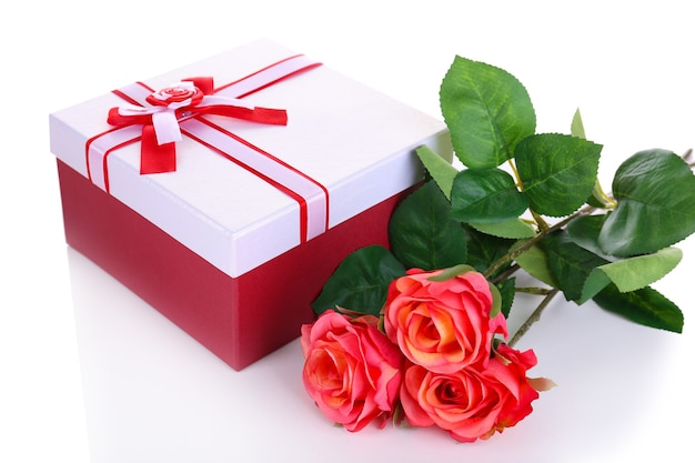 Beau coffret cadeau avec des fleurs isolated on white