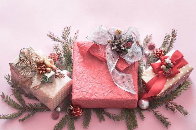 Beau coffret cadeau de vacances sur fond rose