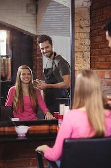 Beau coiffeur avec client