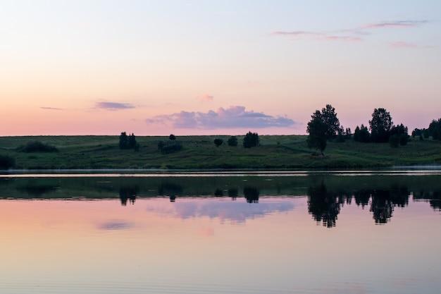 Beau et coloré coucher de soleil sur un lac en sibérie, en russie.