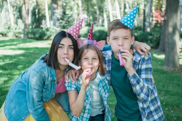 Beau concept d'anniversaire avec une famille heureuse