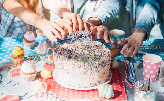 Beau concept d'anniversaire avec un gâteau au chocolat