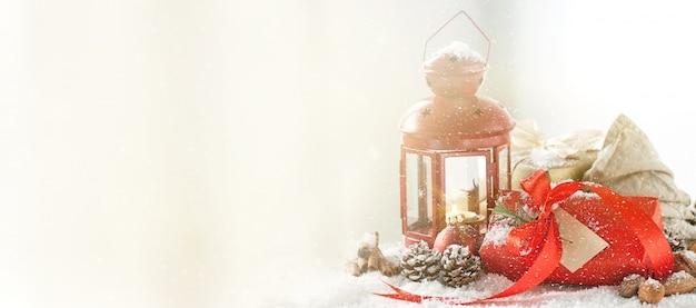 Beau concept de noël avec des boîtes à cadeaux lanterne de noël rouge