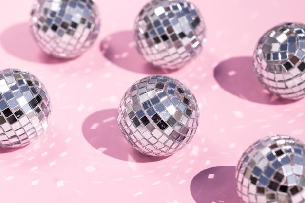 Beau concept de nouvel an avec boule disco