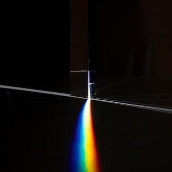 Beau concept avec prisme dispersant la lumière