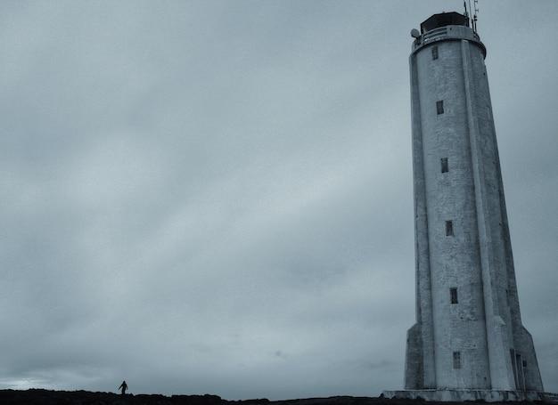 Un beau contre-plongée d'un grand phare