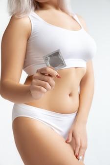 Beau corps féminin en sous-vêtements isolé sur blanc.