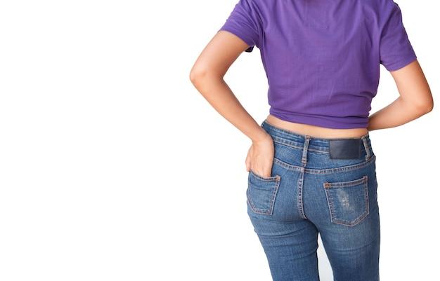 Beau corps femme avec un t-shirt violet et un jean bleu