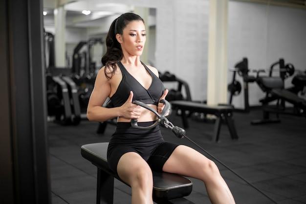 Beau corps parfait femme s'entraîne dans la salle de gym