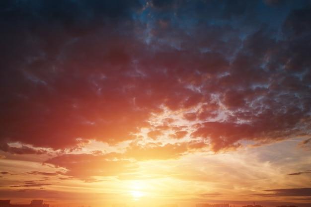 Beau coucher de soleil atmosphérique dans le ciel