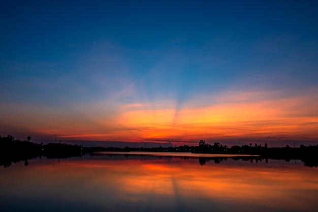 Beau coucher de soleil au bord du lac.