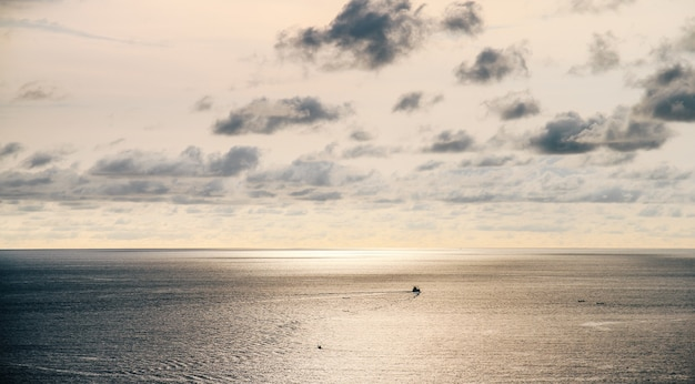 Beau coucher de soleil au-dessus de la mer, fond de paysage de mer
