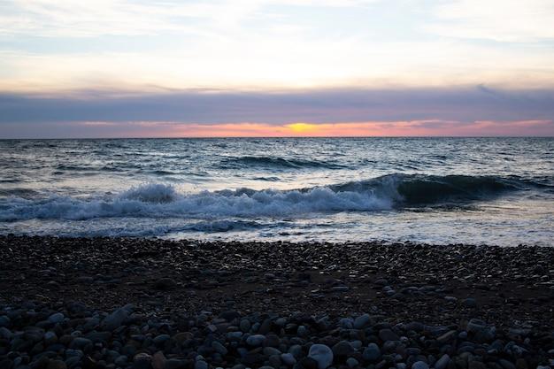 Beau coucher de soleil au-dessus de la mer le soleil couchant sur l'océan, le soir