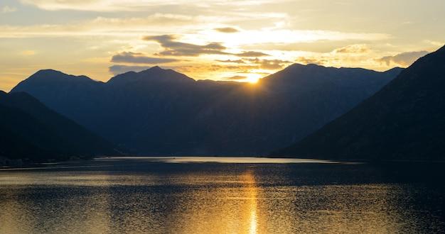 Beau coucher de soleil à la baie de kotor. la montagne et la mer
