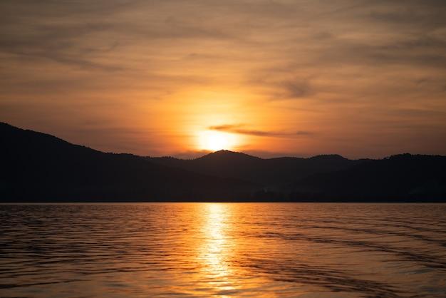 Beau coucher de soleil avec beau ciel avec île en arrière-plan