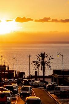 Beau coucher de soleil sur le bord de la mer