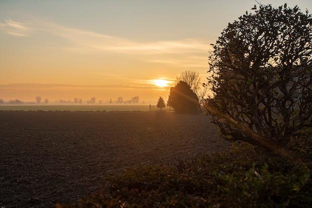 Beau coucher de soleil à la campagne en hiver dans le nord-est de l'italie