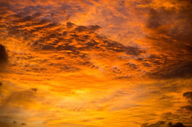 Beau coucher de soleil avec un ciel jaune et violet à bali, en indonésie.
