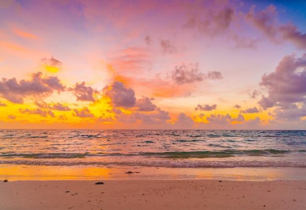 Beau coucher de soleil avec ciel sur mer calme dans l'île tropicale des maldives