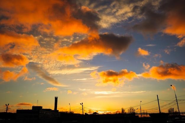 Beau coucher de soleil coloré sur la ville. composition naturelle