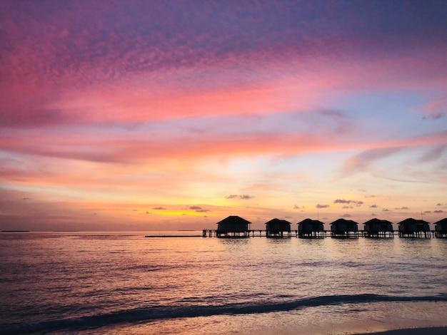 Beau coucher de soleil sur un complexe de luxe aux maldives