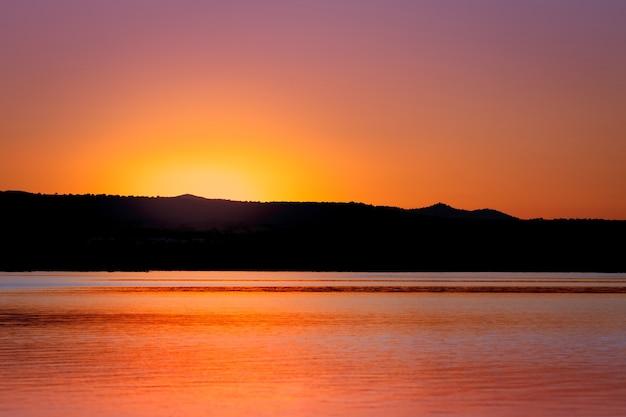 Beau coucher de soleil avec des couleurs dorées et noires