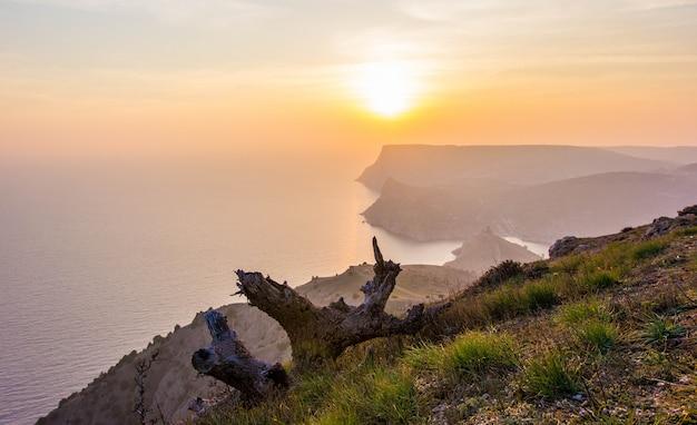 Beau coucher de soleil dans la baie de balaklava, crimée