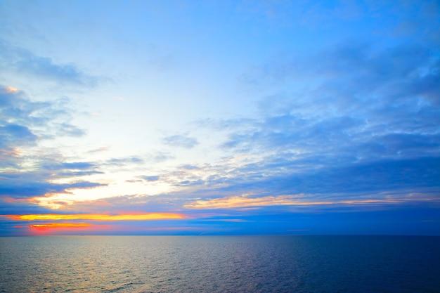 Beau coucher de soleil dans les couleurs du drapeau suédois - paysage marin avec horizon marin, peut être utilisé comme arrière-plan.
