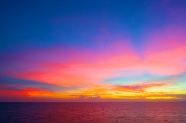 Beau coucher de soleil dans la mer tropicale à l'heure d'été