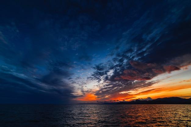Beau coucher de soleil dans les tons bleus sur la mer