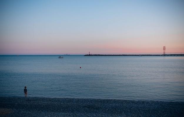 Un beau coucher de soleil dans une ville côtière