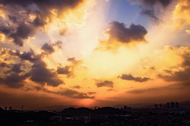 Beau coucher de soleil dans la ville