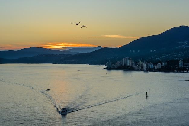 Beau coucher de soleil doré sur l'océan et les montagnes