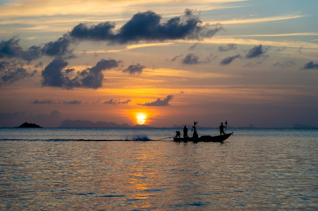 Beau coucher de soleil sur l'eau de mer calme. concept de vacances d'été. île de koh phangan, thaïlande