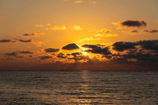 Beau coucher de soleil sur l'eau de mer calme. concept de vacances d'été.