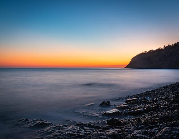 Beau coucher de soleil d'été sur la côte de la mer noire. russie, territoire de krasnodar
