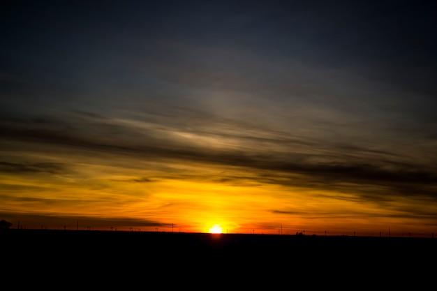 Beau coucher de soleil d'hiver dans les champs du kazakhstan