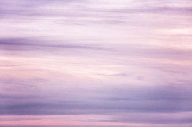 Beau coucher de soleil lilas sur le ciel, fond. espace pour le texte.