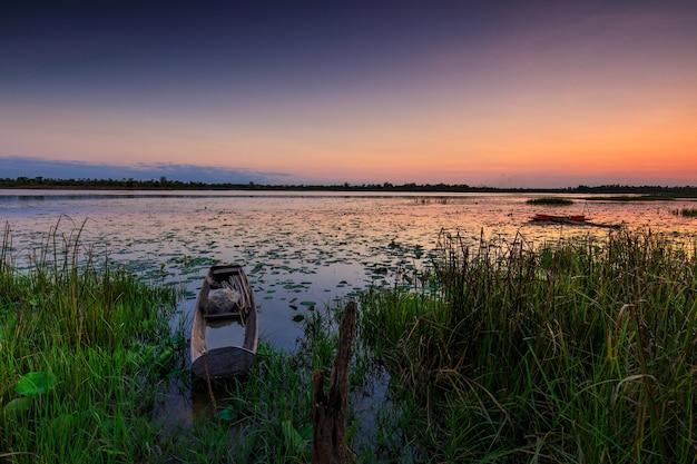 Beau coucher de soleil sur le marais dans la campagne thaïlandaise