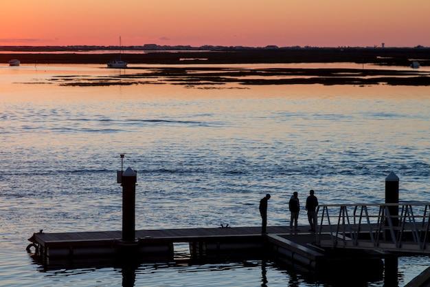 Beau coucher de soleil sur les marais de ria formosa.