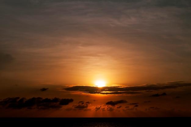 Beau coucher de soleil sur la mer lumière dramatique et nuages