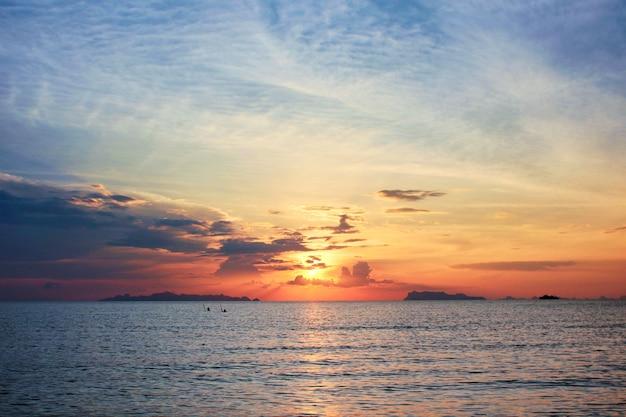 Beau coucher de soleil sur la mer. nature au crépuscule sur paysage marin.