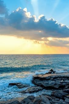 Beau coucher de soleil sur la mer turque à alanya, turquie. prise de vue verticale